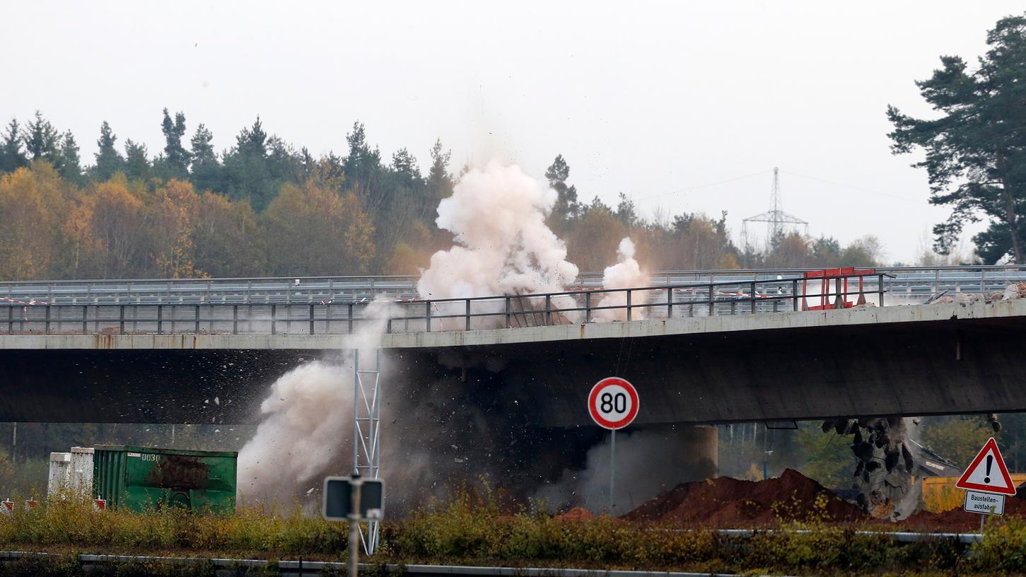 kein ungefährliches Unterfangen: Bei der Brückensprengung am Samstagnachmittag waren Kräfte des BRK für alle Fälle vor Ort.