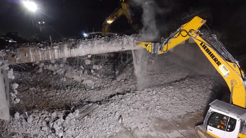 Mit schwerem Gerät: Autobahnbrücke in Schwabach abgerissen