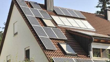 Auf diesem Haus in Alterlangen wird beides erzeugt, nämlich Solarstrom zur Einspeisung in das Stromnetz und warmes Wasser für den Eigenbedarf.