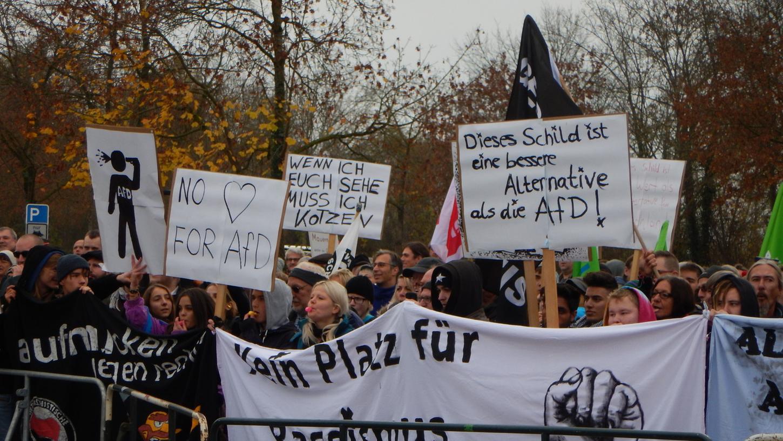 Rund 500 Demonstranten gingen in Gunzenhausen gegen die AfD-Veranstaltung in der Stadthalle auf die Straße.