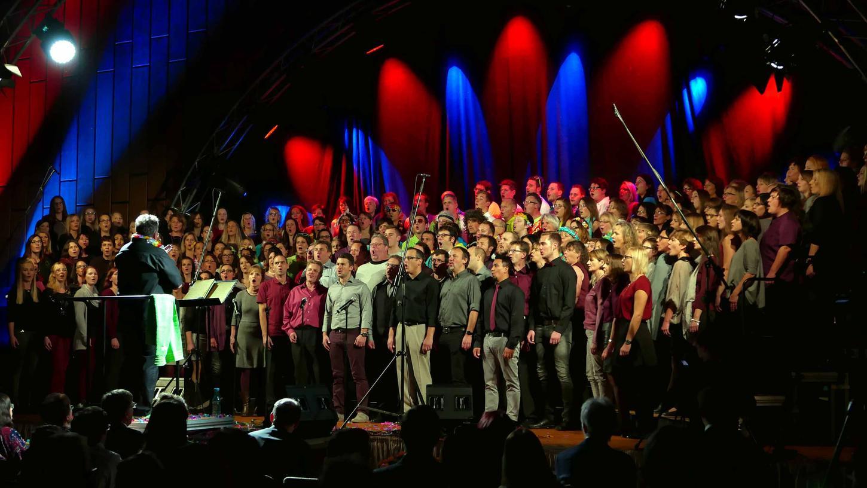 Für einen Rekord in 40-jähriger Hallengeschichte sorgten über 200 Sängerinnen und Sänger auf der Bühne beim Benefizkonzert für Erdbebenopfer in Ecuador und Hochwasseropfer in Obernzenn.