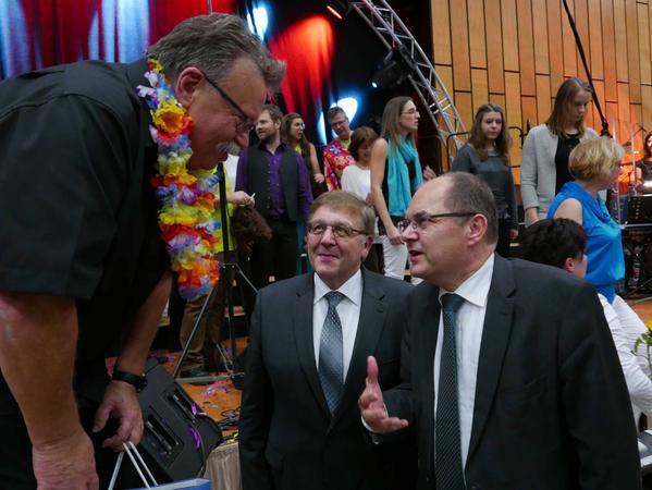 Bundesminister Christian Schmidt und Landrat Helmut Weiß beglückwünschten Dieter Weidemann (v. r.) zur großartigen Leistung seiner Chorarbeit und würdigten sein christlich geprägtes soziales Engagement.