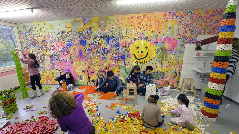 Viel Farbe hat die Jugendkunstschule in den letzten 30 Jahren nach Erlangen gebracht. Beim Fest im Frankenhof wurden jetzt bunte Türme gebaut.