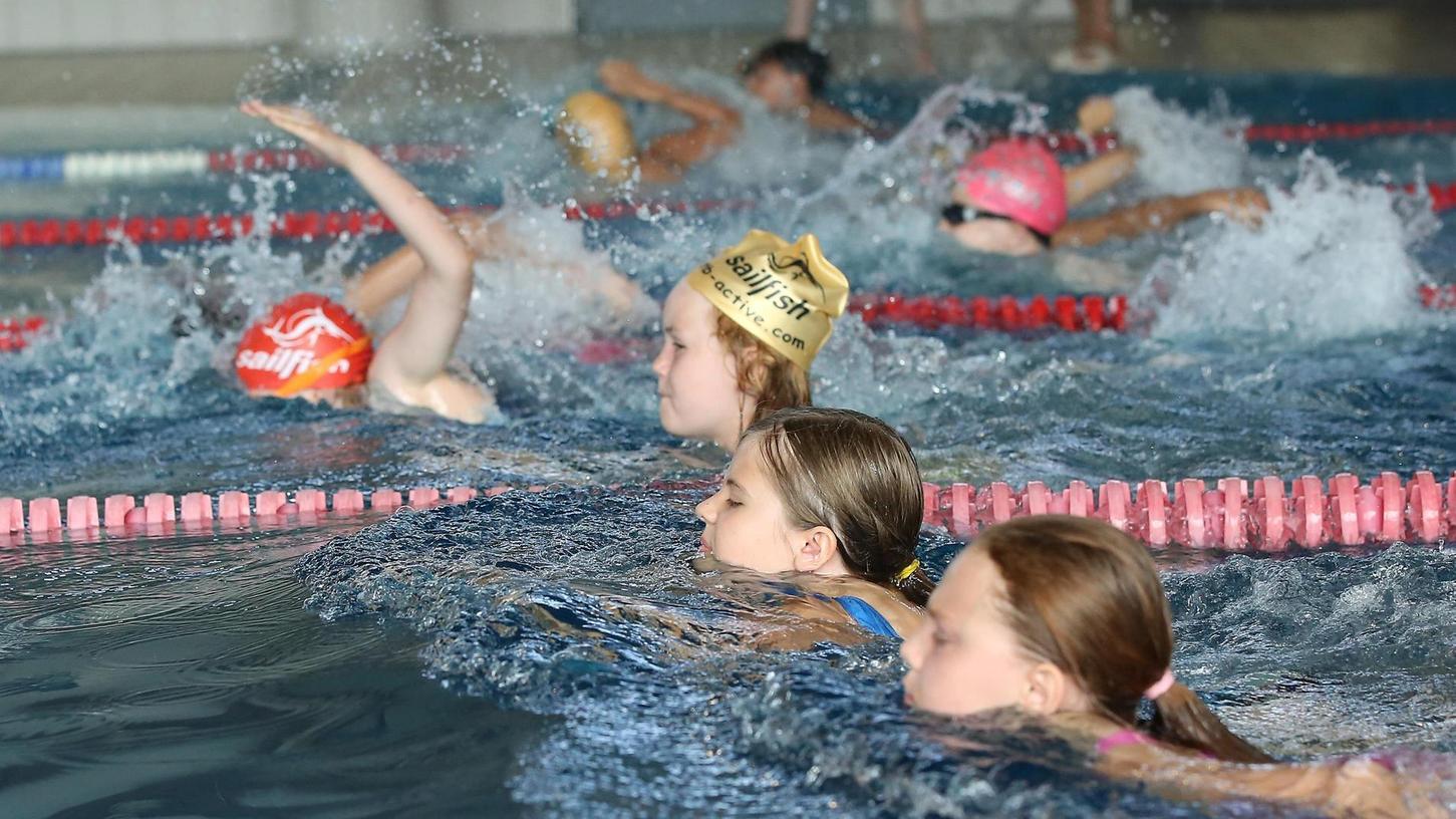 Im Becken geht es manchmal noch enger zu als beim Schüler-Wettkampf der Martins-Schule. Der SSV Forchheim kann deshalb gerade keine Kinder mehr aufnehmen.