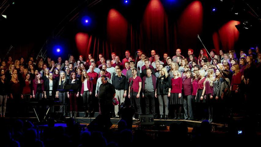 Aus einer spontanen Idee entstanden: der Ehemaligenchor mit rund 150 Sängerinnen und Sängern…