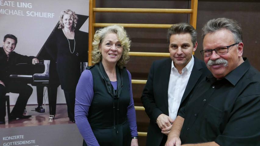 …. Dieter Weidemann (r., dessen Chorarbeit sie bei der Vorbereitung auf Wettbewerbe mit internationaler Bühnenerfahrung unterstützen.