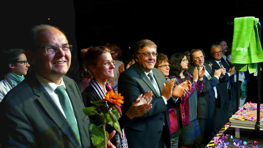…und ihm von Bundesminister Christian Schmidt, Landrat Helmut Weiß und MdL Hans Herold (v. l.) mit Standing Ovations die Ehre erwiesen wurde.