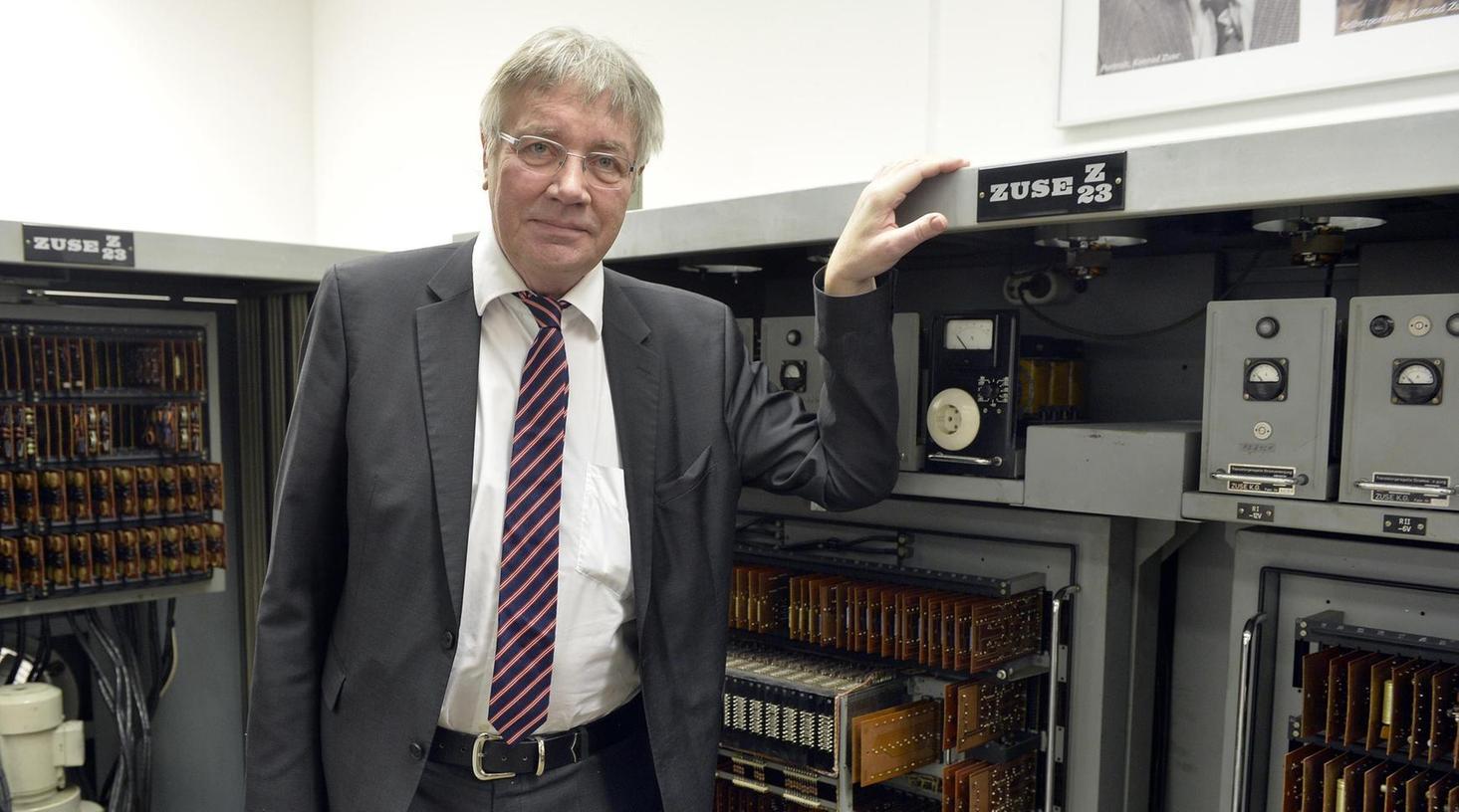 """Die """"Zuse Z23"""" läuft wieder: Zur Inbetriebnahme der berühmten Rechenmaschine kam der Informatikprofessor Horst Zuse, Sohn von Computerpionier Konrad Zuse, an die Universität Erlangen-Nürnberg."""