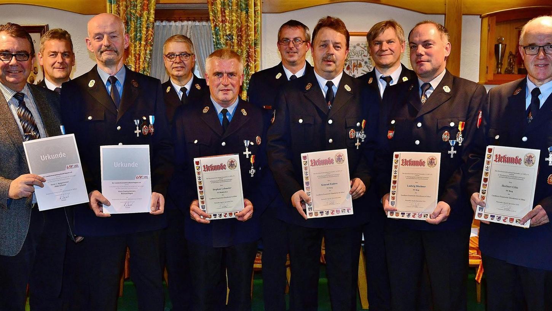 Bei der Herbstdienstversammlung des KBI-Bezirks IV in Döllwang wurden verdiente Feuerwehrkräfte geehrt.