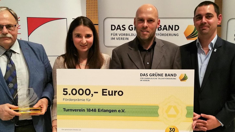 Freude über die Auszeichnung: Heinz Rüger, Sarah Neukam, Hellmuth Rieben und Stefan Roth, Vertreter Deutsche Triathlon Union (v.li.).