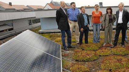 Auch der Berliner Umwelt-Staatssekretär Michael Müller (ganz rechts) stieg der Erlanger Heinrich-Kirchner-Schule aufs Dach, um sich die Solaranlage anzuschauen, mit der eine Erfolgsgeschichte begann.