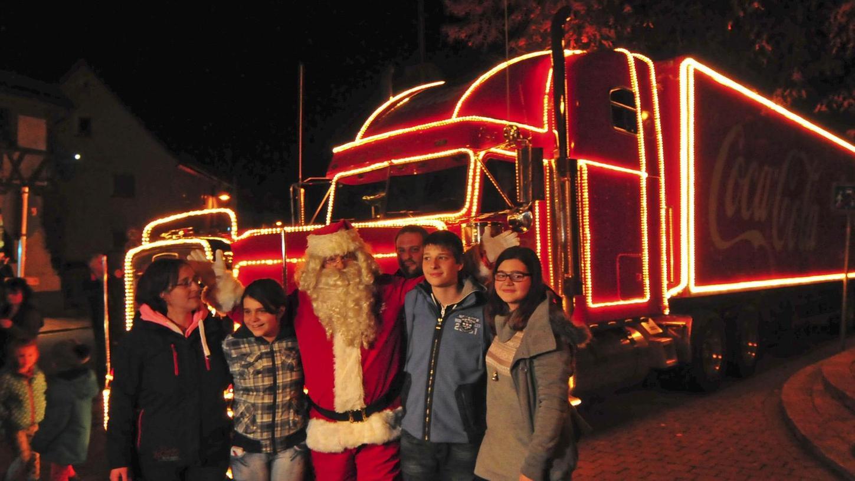 """Der """"Coca-Cola-Weihnachtstruck"""" machte auf seiner Fahrt durch Deutschland auch in Kirchehrenbach Halt. """"Santa"""", der Weihnachtsmann des Brauseherstellers, beschenkte eine Familie. Für Pfarrer Oliver Schütz ist dies eine nicht mehr hinnehmbare Kommerzialisierung des Weihnachtsfestes."""