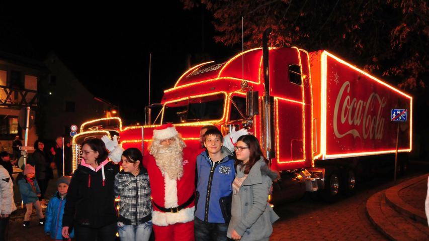 Motiv:FOTO Coca-Cola-Weihnachtstrucker kommt nach Kirchehrenbach Truck.Kirchehrenbach, Ortsmitte, Hauptstraße, Nahkauf-Geschäft, vor Gebäude-Nr. 24.Foto:Roland Huber....