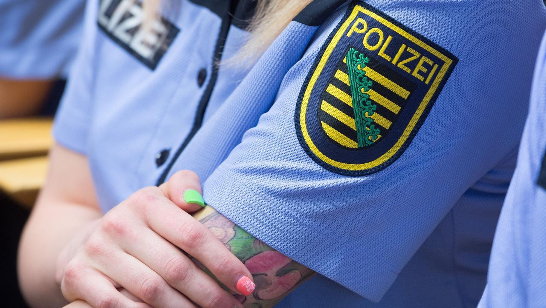 Tattoos, Piercings, Brustimplantate: Was auf der Straße gang und gäbe ist, wird bei der Polizei in Nordrhein-Westfalen nicht gern gesehen.