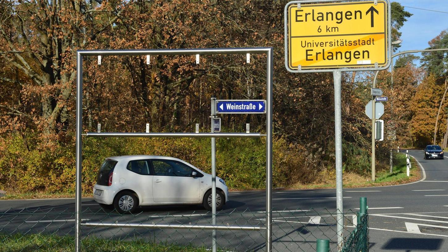 Das Schild mit dem Logo 750 Jahre Tennenlohe an der Ecke Weinstraße / Lachnerstraße ist geklaut worden. Nur der leere Rahmen steht noch.