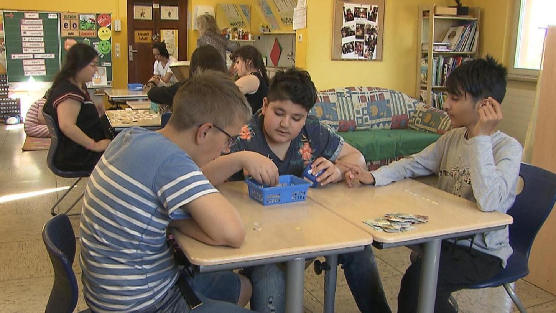 """Eine Szene aus dem Film: Wenn """"Pesta""""-Schüler und """"Hallemänner"""" an einem Tisch sitzen, ist das für alle ein Gewinn."""