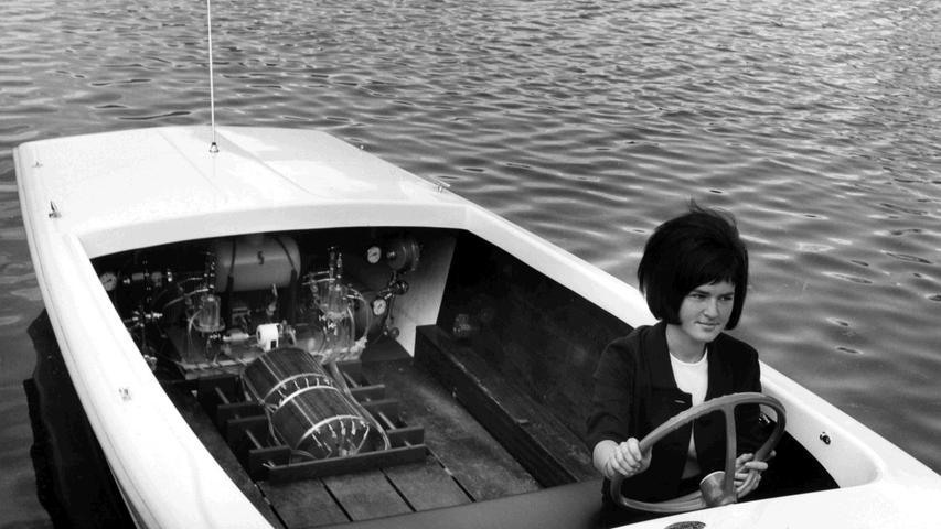 Siemens-Forscher entwickelten 1965 einen Brennstoffzellen-Antrieb für ein Motorboot, das auf einem Teich auf dem Forschungsgelände in Erlangen getestet wird.