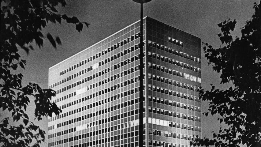 Nach dem 2. Weltkrieg steuerte Siemens den Wiederaufbau des Unternehmens vor allem von Süddeutschland aus. Nicht zuletzt Erlangen, das zur zweiten Siemens-Zentrale neben München aufstieg, spielte dabei eine entscheidende Rolle. In den 1960er Jahren (unser Foto) war das Siemens-Hochaus in Erlangen noch das größte Bürohaus Bayerns.