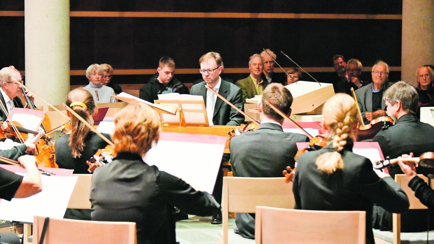 """Unter der Leitung von Gerald Fink (M.): Das Kammerorchester Herzogenaurach """"concertino ducale"""" spielt die Suite N°3 """"Antiche Danze ed Arie"""" von Ottorino Respighi."""