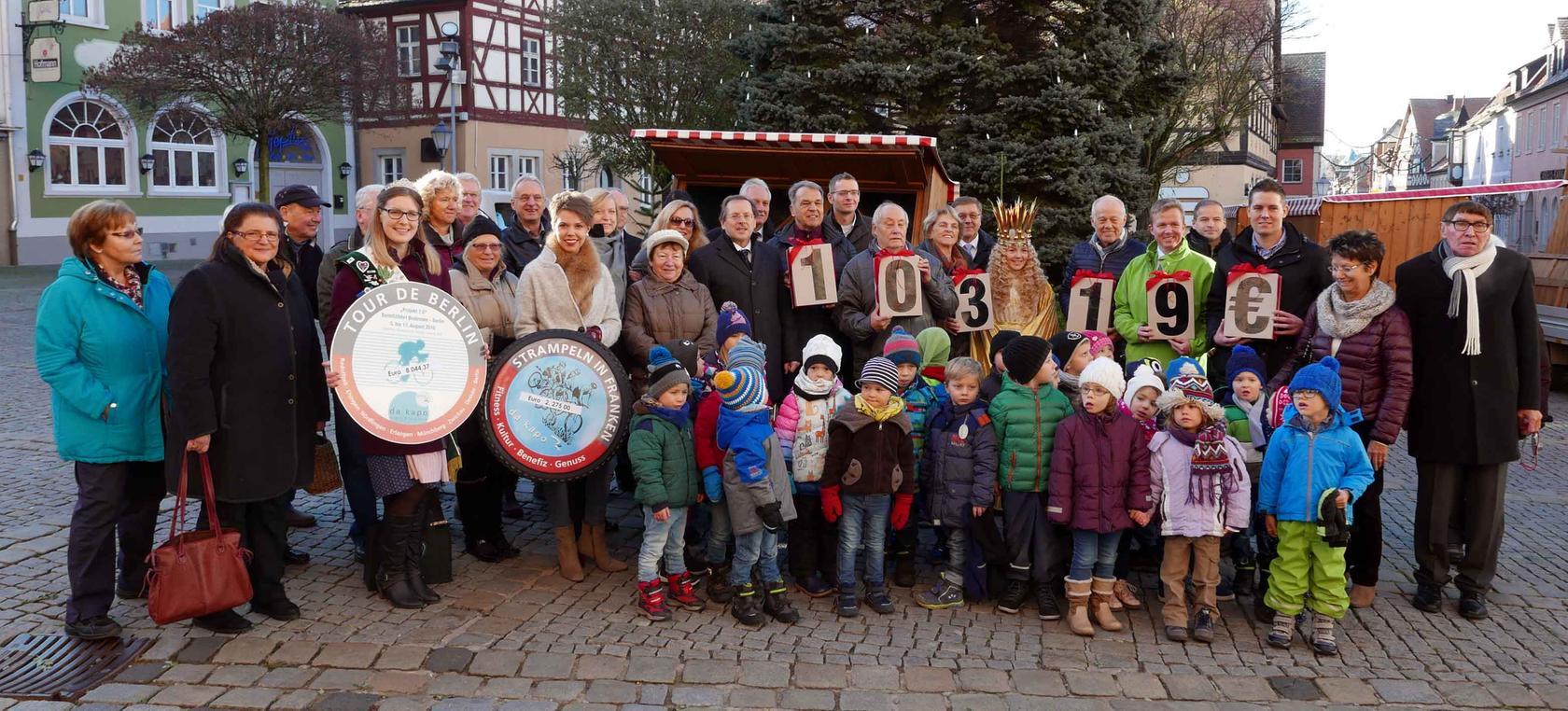 Im Kreis von Teilnehmern, Sponsoren und Spendenempfängern sowie politischen Förderern ließ Benefiz-Initiator Helmuth P. Schuh (r.) das Nürnberger Christkind den stattlichen Spendenerlös dieses Jahres präsentieren.