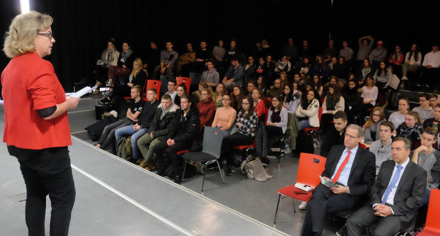 Landtagsabgeordnete Alexandra Hiersemann (SPD) appellierte an die Schüler, tagtäglich für die Verfassungswerte einzutreten.