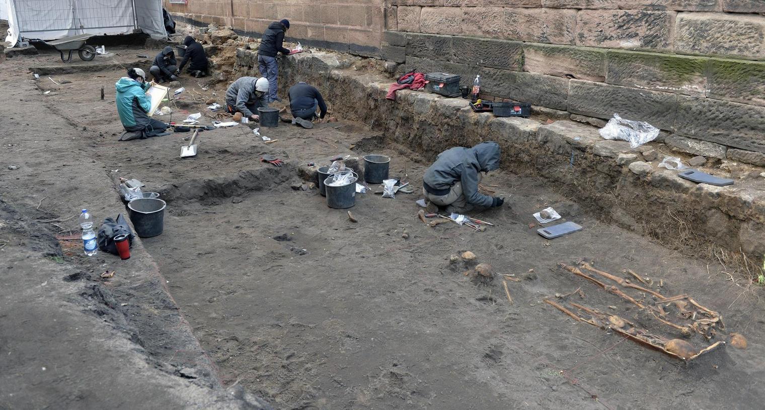 Im Zuge des Baus eines Gemeindezentrums neben der Brucker Kirche fand sich auch ein Gräberfeld. Derzeit wird nicht gebaut, sondern Archäologen unter Führung der örtlichen Grabungsleiterin Sarah Wolff sichten das Areal akribisch.