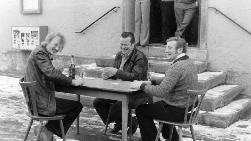 Der frühere Wirt der Glückauf-Gaststätte, Kurt Barthelmus, war immer wieder für eine Überraschung gut. So wettete er 1976 mit einigen Gästen, dass sie es im Winter nicht aushalten würden, eine halbe Stunde vor der Wirtshaustür auf dem Loheplatz zu karteln. Doch die drei Unentwegten harrten trotz leichten Schneegestöbers im Freien aus und gewannen so die als Prämie ausgesetzte Flasche Sekt. Die Schafkopfer hatten sich zur Vorbereitung des Coups in der Wirtsstube von 8.15 bis 11 Uhr warmgekartelt.