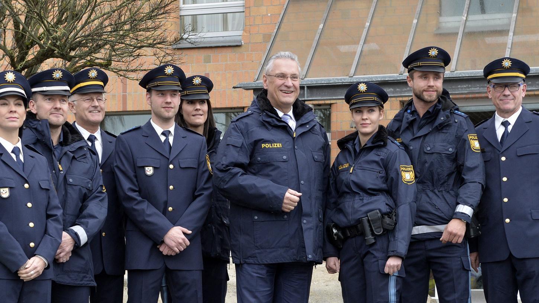 Ganz in dunklem Blau arbeitet die bayerische Polizei mittlerweile. Doch die neuen Uniformen machen Probleme.