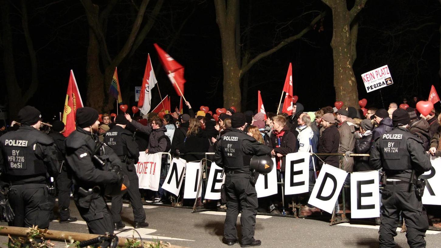 Seit gut zwei Jahren ist die rechtspopulistische Pegida auch in Nürnberg aktiv (im Bild: Gegendemonstranten am Prinzregentenufer). Der Todesschütze Wolfgang P. aus Georgensgmünd hatte Kontakt zu einem Pegida-Organisator.