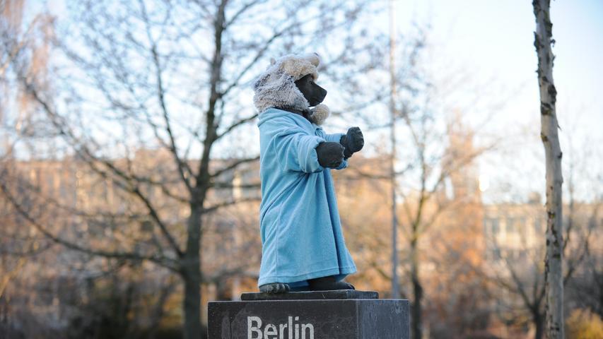 Ist ja auch Zeit geworden: Endlich hat der Bär winterfeste Klamotten an - und eine Bärenmütze auf dem bärigen Haupt.