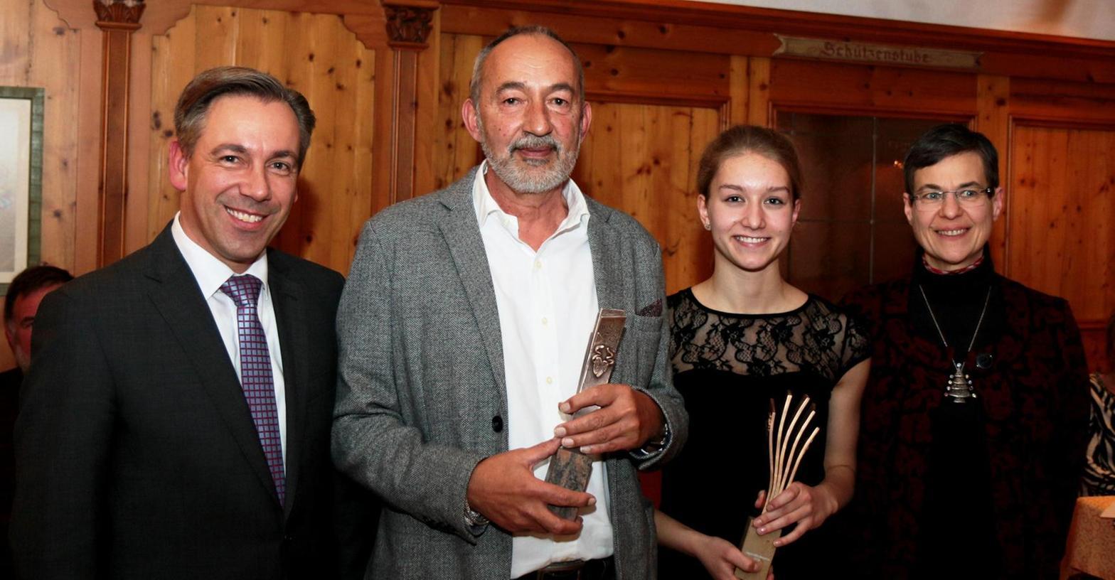 Josef Hirthammer (2. v. l.) wurde für sein Werk mit dem Kunstpreis ausgezeichnet. Die 16-jährige Gymnasiastin Henrike Fröhlich (3. v. l.) ehrten Landrat Alexander Tritthart und Regina Klatte vom Kulturverein mit dem Jugendförderpreis.