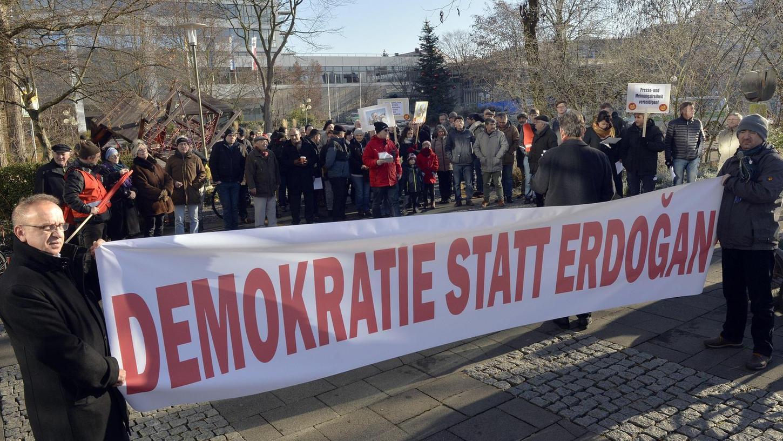 Für die Einhaltung demokratischer Werte in der Türkei setzten sich die Demonstranten aus unterschiedlichen Gruppen in Erlangen ein. Präsident Erdoðan sei dabei, das Land in eine Diktatur zu führen.
