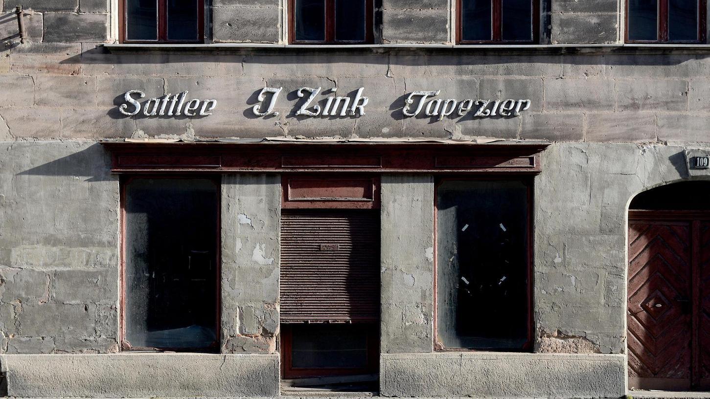 Seine besten Tag hat das Zink-Haus in der Königstraße 109 längst hinter sich. Gegenüber dem schmucken Stadttheater macht es derzeit einen erbärmlichen Eindruck.