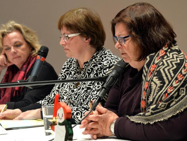 Den Fragen der Besucher stellten sich (von links) SPD-Landtagsabgeordnete Alexandra Hiersemann, Uschi Schmidt von der Flüchtlingsbetreuung und MdL Christine Kamm (Grüne).