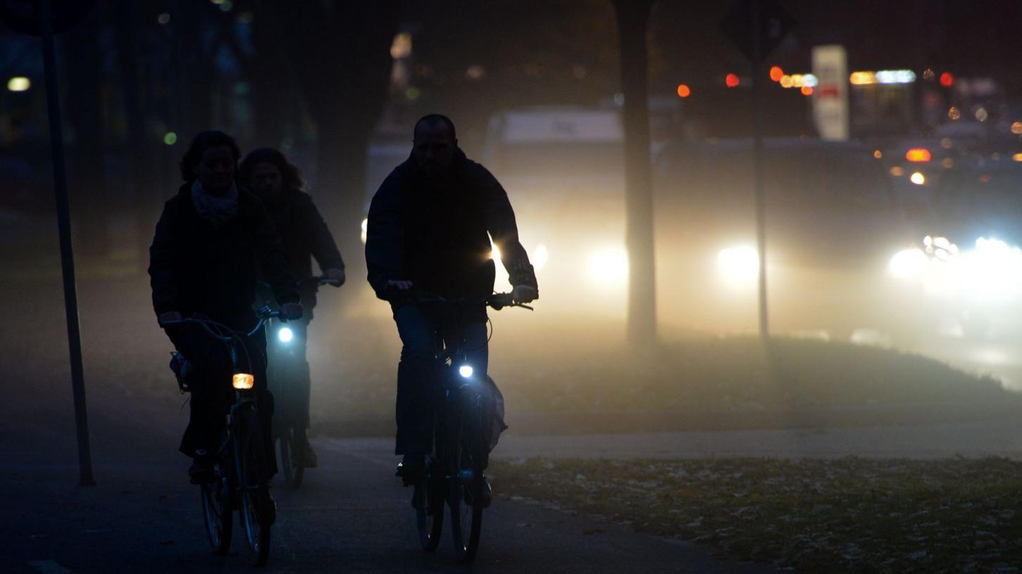 Sie kommen über die Einfallstraßen und sie werden immer mehr: Radfahrer in Nürnberg.