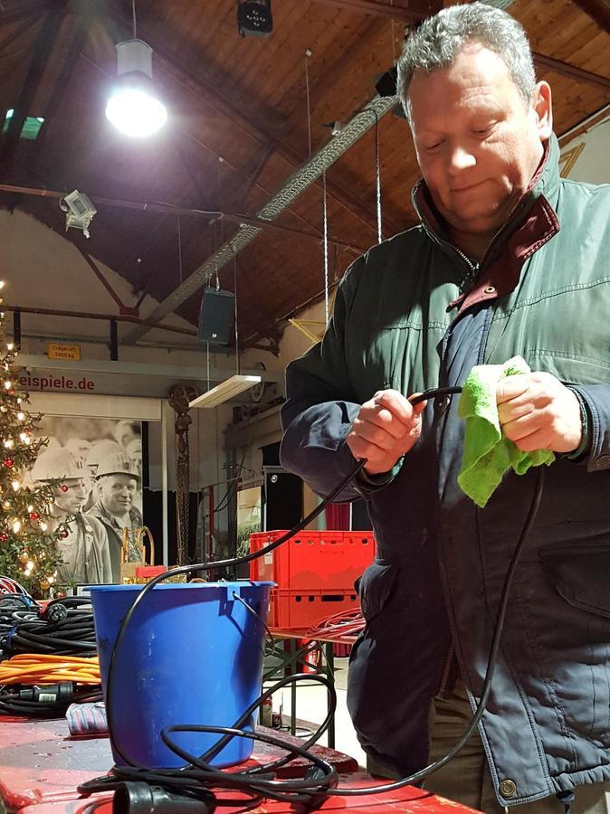 Knapp 3000 Meter an Kabel gilt es zu putzen. Roland Achatz, Kassier des Fördervereins, packt an.