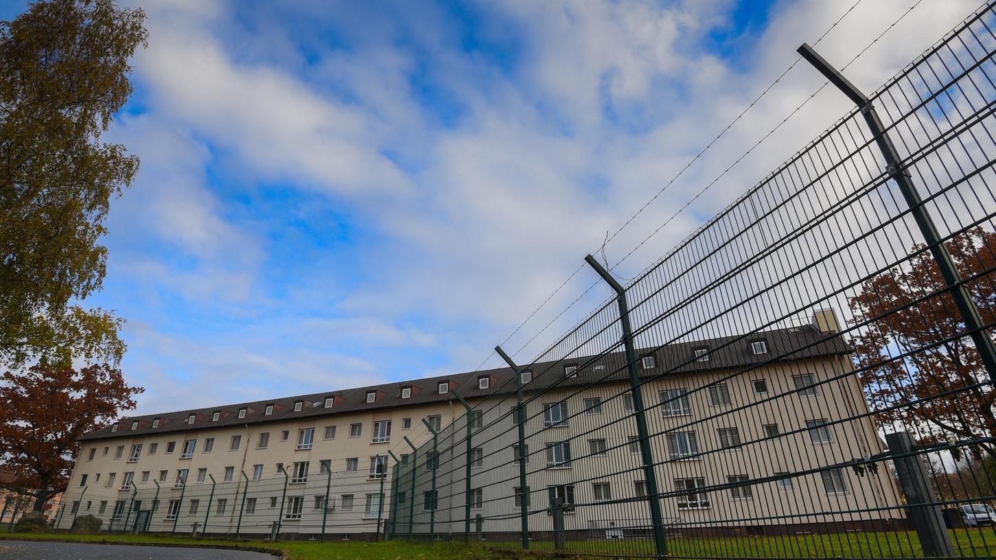 Die Aufnahmeeinrichtung in Bamberg auf dem ehemaligen US-Militärgelände soll vergrößert werden. Der Stadtrat der oberfränkischen Kommune will sich dagegen wehren.