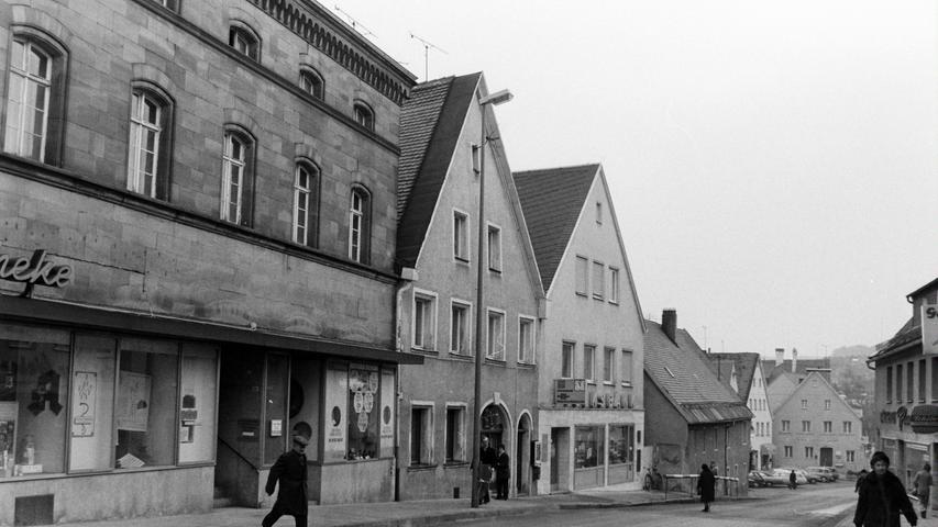 Die Hauptstraße mit der Frankenaptheke, der Volksbank und dem Otto-Haus, das Mitte der 1970er Jahre abgerissen worden ist.