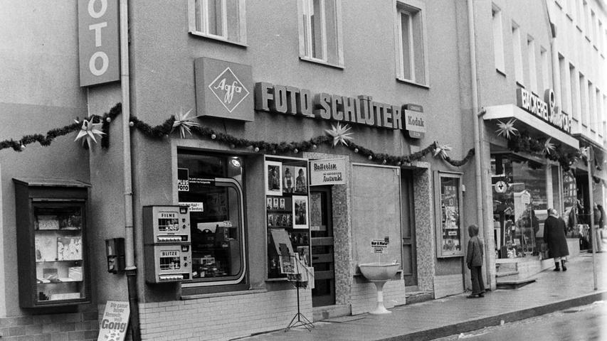 Das Fotogeschäft Schlüter hatte im Lauf der Zeit mehrere Standorte, in der Heinrich-Bauer-Straße, neben der einstigen Bäckerei Sachs (Bild) und zuletzt einige Häuser weiter neben der Bäckerei Pflaum.  Seitenverhältnis