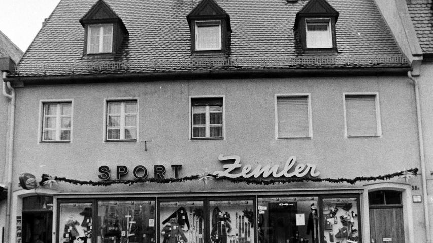 Im ehemaligen Sportgeschäft Zemler am Marktplatz neben dem Feinkostgeschäft Wagner sind heute ein Trödelladen und ein Tatoo-Studio untergebracht.
