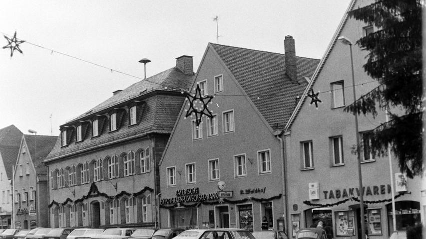 Am Marktplatz neben dem neuen Rathaus fanden sich die Hypo-Bank, der Radladen Waldhof und das Tabakgeschäft Pilhofer.