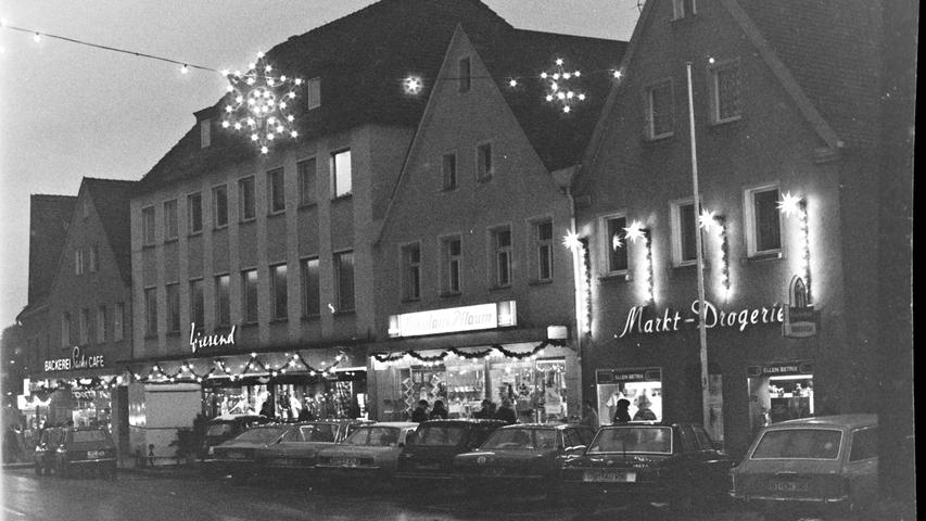 Der Pegnitzer Markplatz im Advent 1976 mit der Markt-Drogerie, dem Spielwarenladen Pflaum und dem Modegeschäft Wiesend.