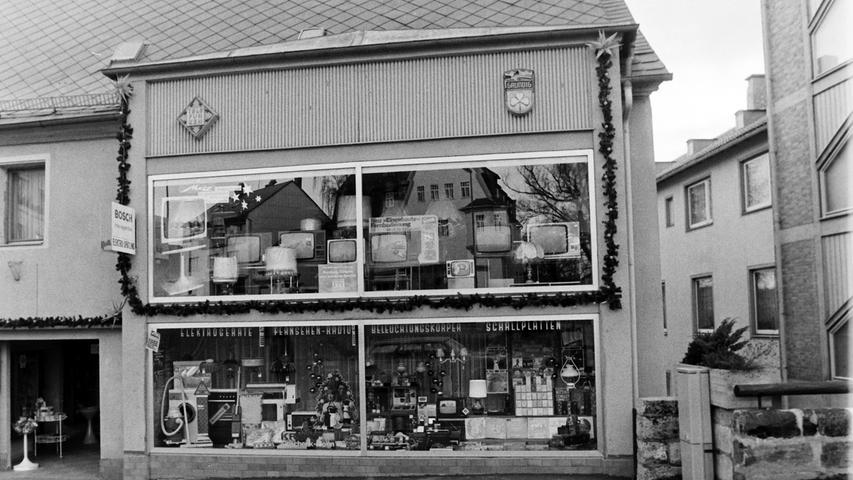 In der Karmühle fand sich 1976 auch das Elektrogeschäft Spätling. Viele erinnern sich auch noch an die Drogerie Dutz an diesem Standort.