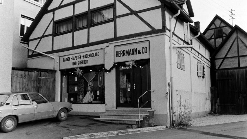 Gleich hinter der Sparkasse befand sich das Tapetengeschäft von Fritz Herrmann.
