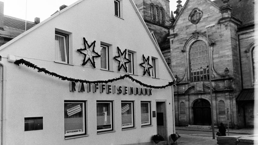 Unmittelbar an der St. Bartholomäuskirche befand sich früher die Raiffeisenbank, ehe sie mit der Volksbank fusionierte. Heute beherbergt das Gebäude ein Musikgeschäft.