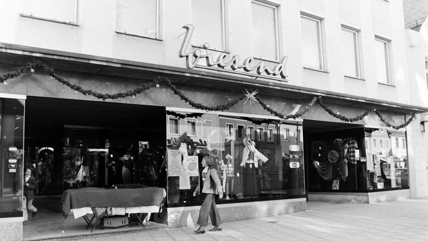 Das Modegeschäft Wiesend dominierte lange Zeit die Geschäftswelt am Marktplatz. Inzwischen wurde esnach längerem Leerstand von einem Nürnberger Investor für einen Bücherladenund Luxuswohnungen umgebaut.