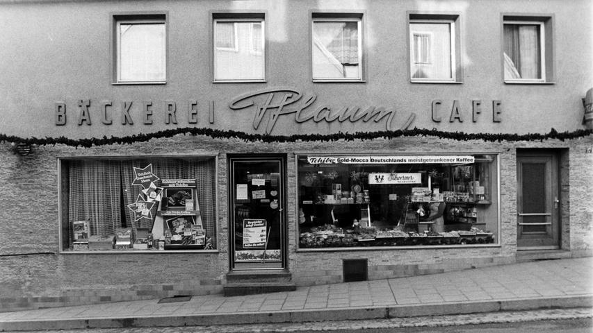 Die Bäckerei Pflaum hat ihr Aussehen im Laufe der Jahrzehnte mehrfach verändert. Heute ist dort eine Filiale einer Bäckerei-Kette untergebracht.