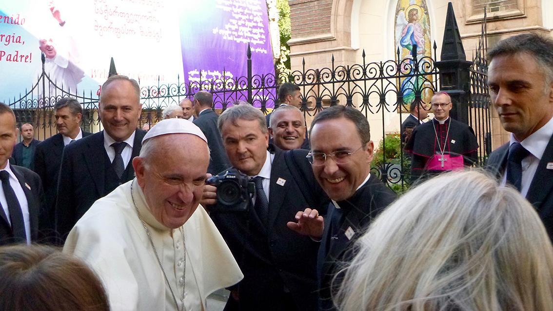 Begegnung der besonderen Art: In der georgischen Hauptstadt Tiflis schüttelte Barbara Engelhardt (im Bild ist nur ihr Hinterkopf zu sehen) dem Papst die Hand und trug Franziskus ihr Anliegen vor.
