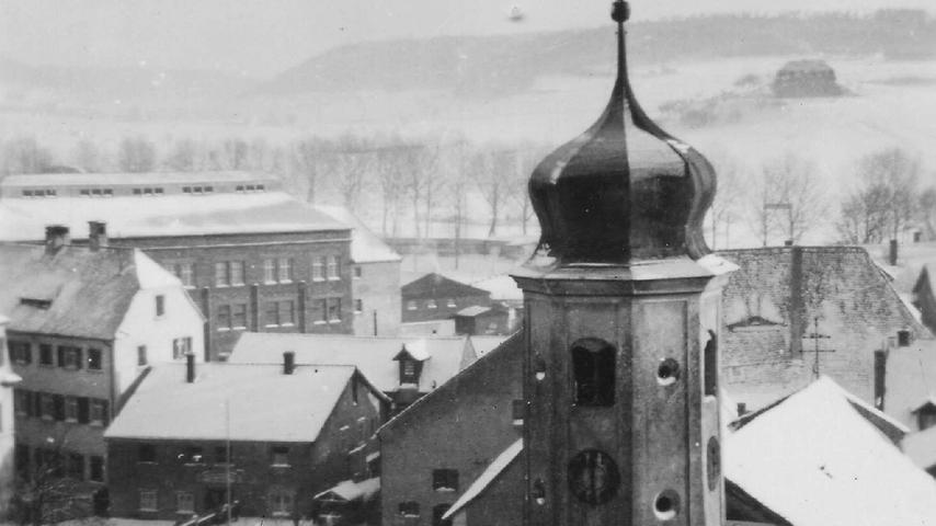 Vorn die verschneite Lambertuskirche, links dahinter das heutige Volkskundemuseum und das ehemalige RAD-Lager sowie ganz links am Bildrand der Zaun des Schlossgrabens - alles vermutlich zu Vorkriegszeiten.