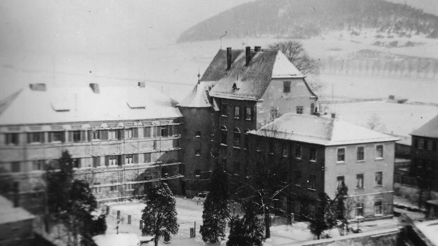 Das Treuchtlinger Stadtschloss im Schnee. Da es aus derselben Fotoserie wie das Bild mit dem Pferdefuhrwerk auf der Brücke stammt, ist es möglicherweise ebenfalls über 100 Jahre alt.